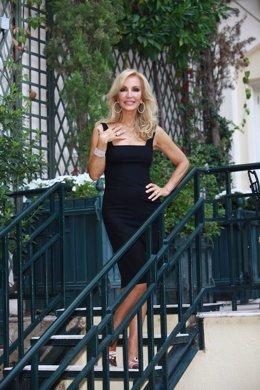 Posado De Carmen Lomana Con Vestido Negro Y En Unas Escaleras