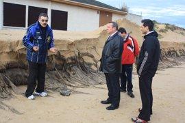 El fuerte oleaje causa daños en el puntal de la playa Salvé de Laredo