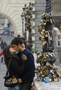 Una Pareja Se Besa En El Puente Milvio Con Los Candados Del Amor