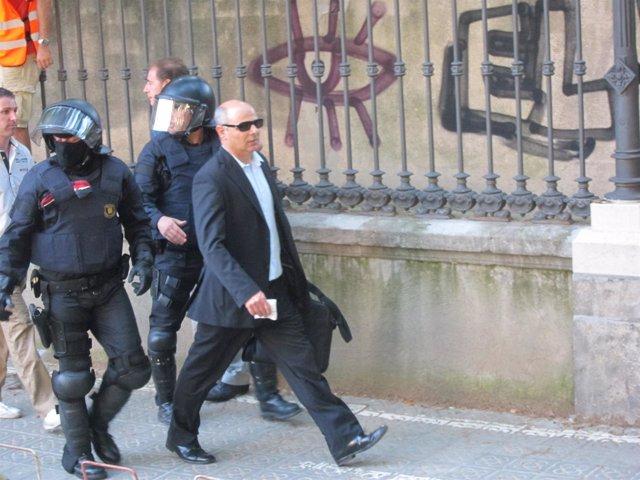 El Diputado Joan Boada Durante El Bloqueo Al Parlament El 15 De Junio De 2011