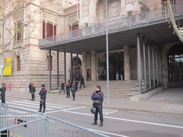 Audiencia De Barcelona Mientras Declaran Diputados Por El Bloqueo Al Parlament