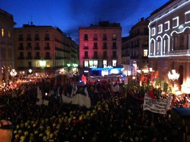 Manifestantes En Plaza Sant Jaume Contra Los Recortes