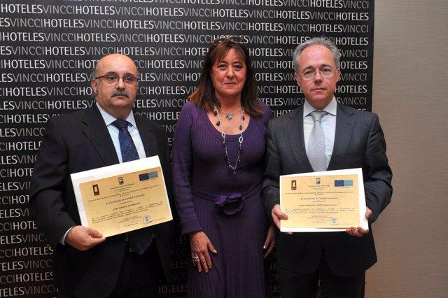 Ana Navarro, Junto A Los Representantes De Los Dos Establecimientos