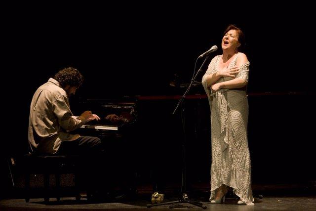La Cantaora Carmen Linares Durante Una De Sus Interpretaciones