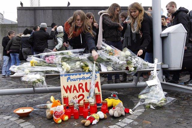 Habitantes De La Ciudad Belga De Lieja Dejan Flores En Una Parada De Autobus