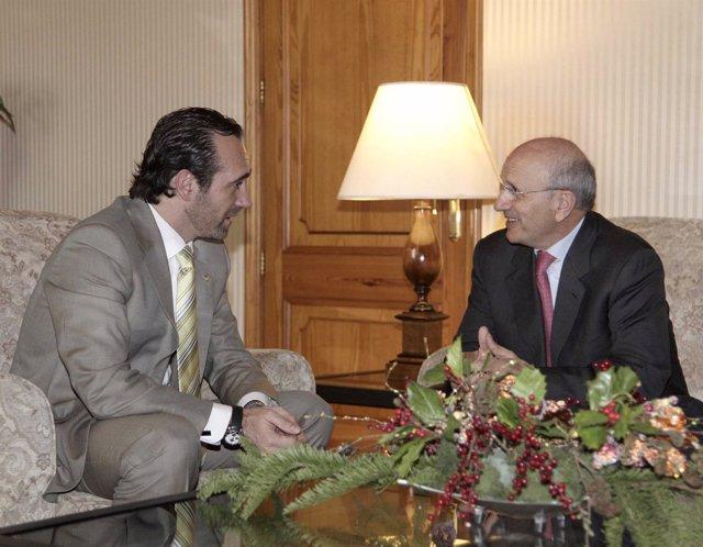 José Ramón Bauzá, Presidente De Baleares, Con El Representante De Los Enfermeros