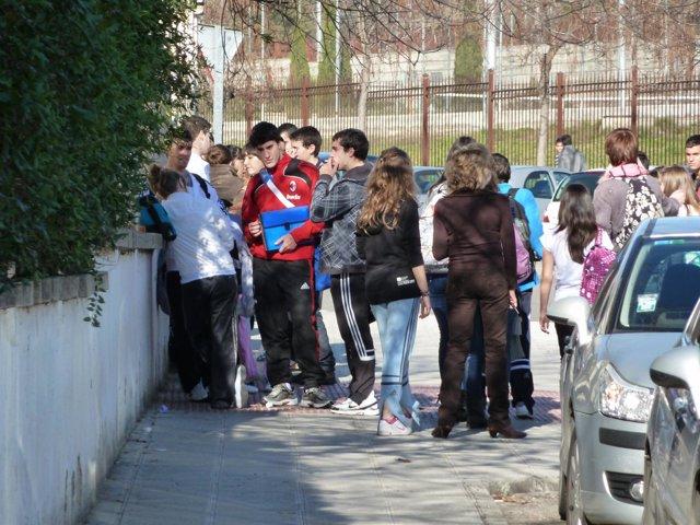 Adolescentes y niños  en la aentrada de un centro escolar