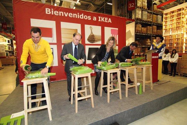 Las Autoridades Montan Una Silla Infantil En La Nueva Tienda De Ikea