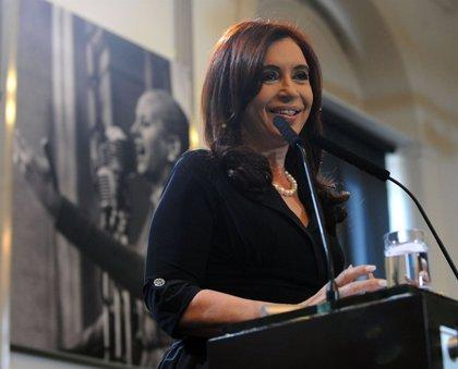 """Fernández de Kirchner aparece en público y asegura que trabajará """"con la misma fuerza de siempre"""""""