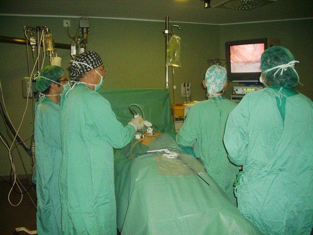 Cirujanos En Quirófano Realizando Un Trasplante De Donante Vivo