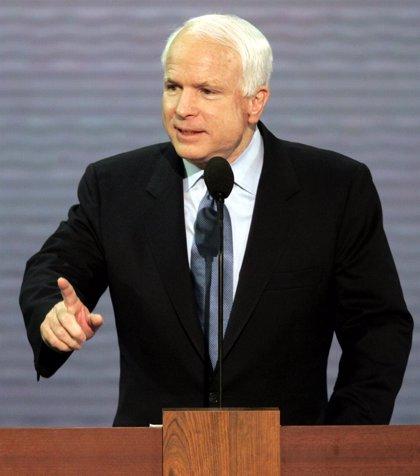"""McCain sale en apoyo de Romney, a quien ve como """"el próximo presidente de EEUU"""""""