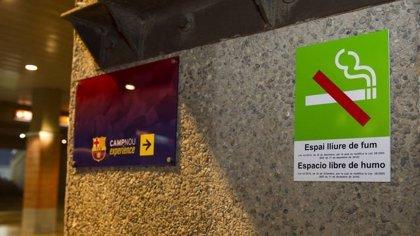 Fútbol.- El Camp Nou sigue respirando humo por la impaciencia de algunos fumadores