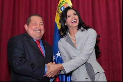 Chávez se reúne con la venezolana Ivian Sarcos, Miss Mundo 2011