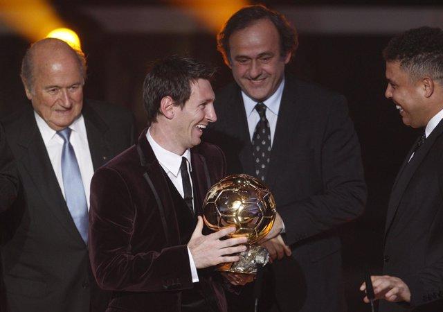 Messi Con El Balón De Oro Junto A Blatter, Platini Y Ronaldo
