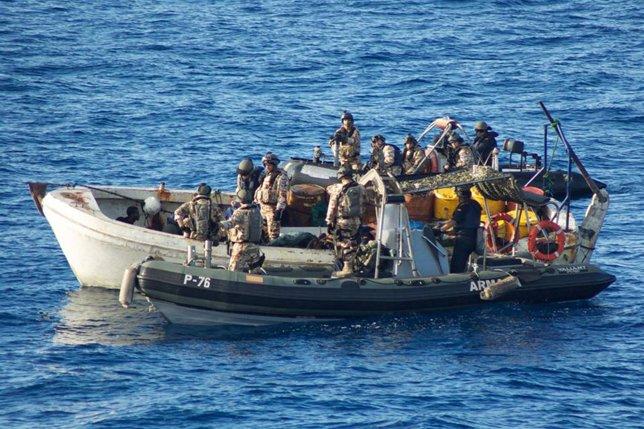El 'Infanta Elena' intercepta a dos presuntos piratas en la cuenca de Somalia