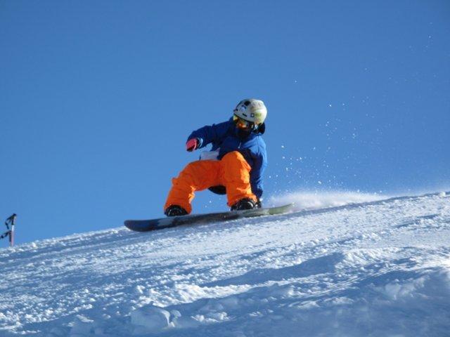 Niño Practicando Snowboard En El Sulayr