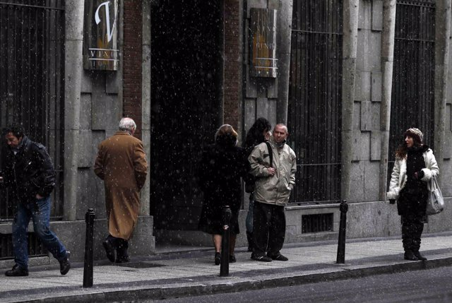 Frío y fina nieve en Madrid