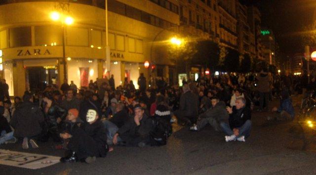 Participantes En La Manifestación A Su Paso Por La Calle Colón