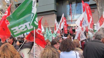 Unos 200 delegados sindicales ocupan la Conselleria en protesta contra los recortes en el sistema público
