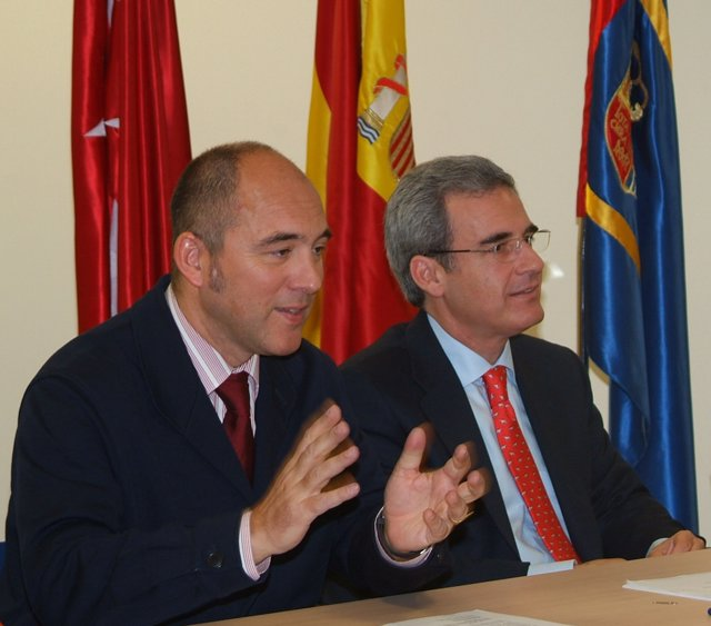 En La Imagen, El Concejal De Medio Ambiente, Alejandro De Utrilla (Izquierda)