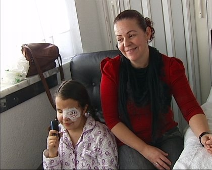 Una madre pide ayuda para poder curar en Barcelona a su hija que padece ceguera desde su nacimiento