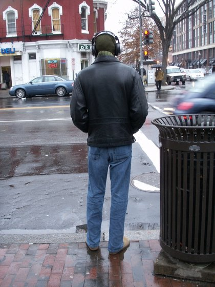 Un estudio alerta del riesgo de accidente por ir por la calle escuchando música