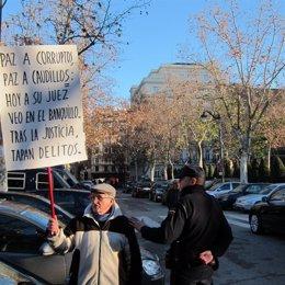 Un Ciudadano Se Concentra En Defensa Del Juez Garzon
