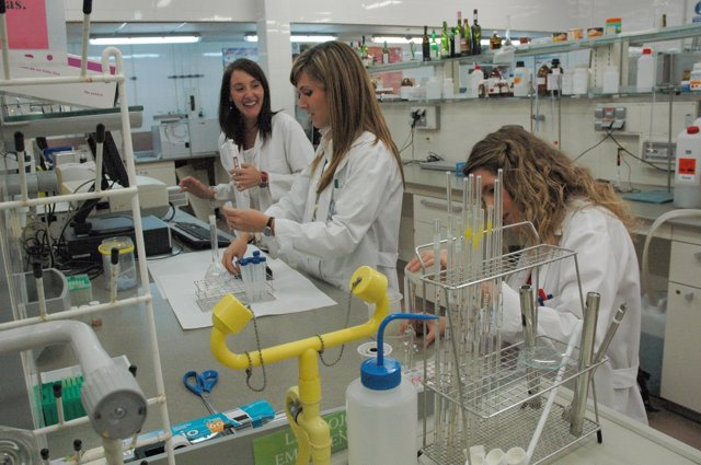 Investigadoras De La UCAM Realizando Estudios En El Laboratorio