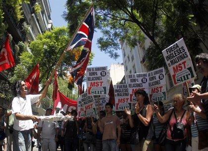 Organizaciones argentinas protestan frente a la Embajada británica