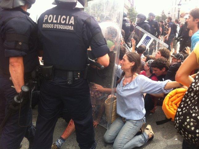Los Mossos Cargan Contra Los 'Indignados' De Plaza Catalunya