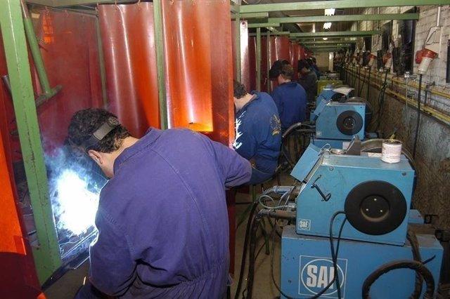 Trabajadores De Una Industria