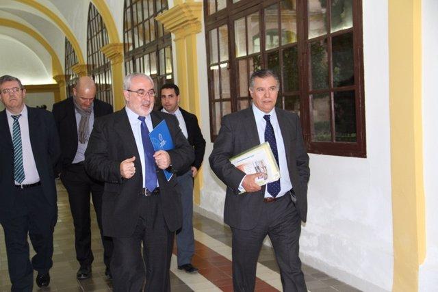 El Presidente De La UCAM, José Luis Mendoza, Acompañado Por Bartolomé Beltrán