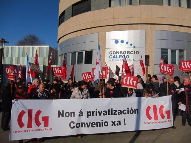 Concentración De Delegados De La CIG En Contra De La Privatización De Escuelas