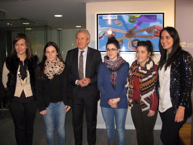 El Consejero De Presidencia, Emilio Del Río, Y Los Participantes En Euroscola
