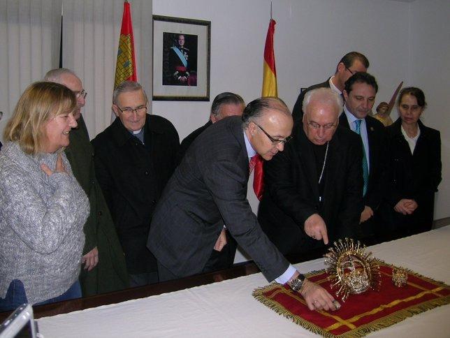 Medrano Entrega Las Coronas Al Obispo De Segovia