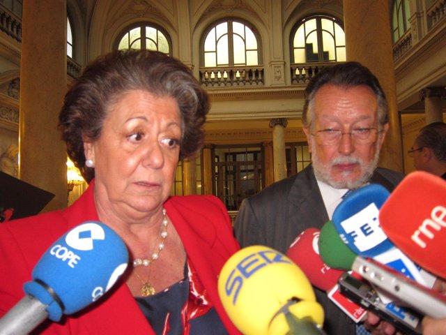 Barberá Junto Al Vicealcalde, Alfonso Grau, Atendiendo A Los Periodistas
