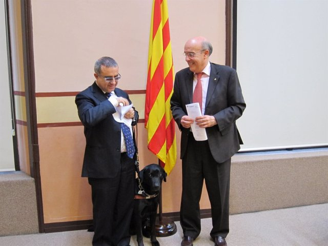 El Conseller B.Ruiz Y El Diputado Ciego En El Parlament J.M.Llop