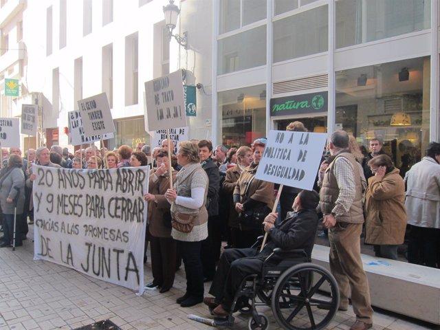Manifestación De Los Vecinos De El Cerro Ante Igualdad Por El Geriátrico