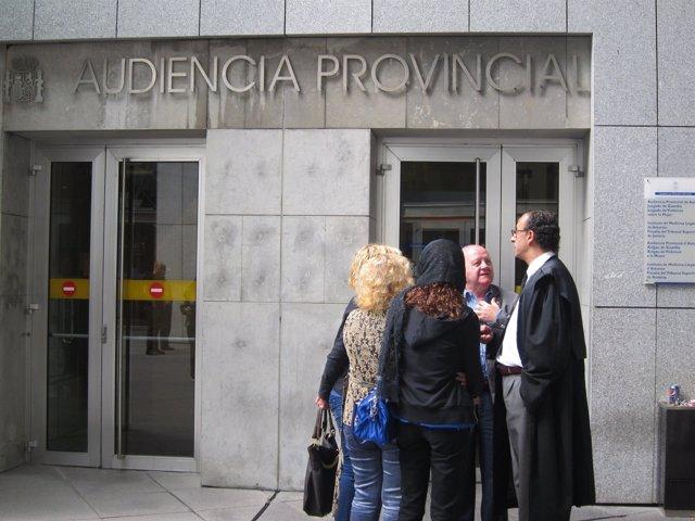 El Abogado Defensor Conversa Con Familiares Del Acusado Del Crimen De Siero