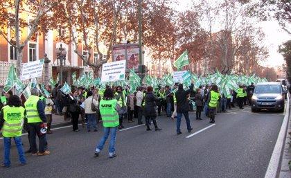 Medio millar de trabajadores de enfermería protesta frente a Sanidad contra la ampliación de jornada