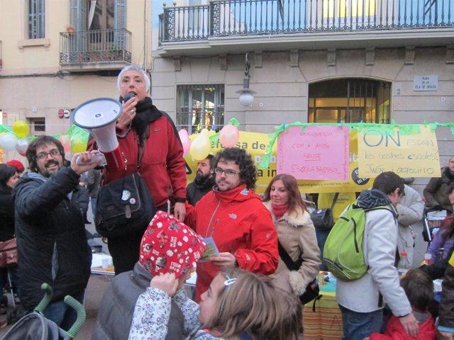 Protesta De Familias Sin Guardería Ante La Sede Del Distrito De Gràcia