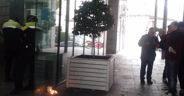 Petardos A Las Puertas Del Ayuntamiento De Parla