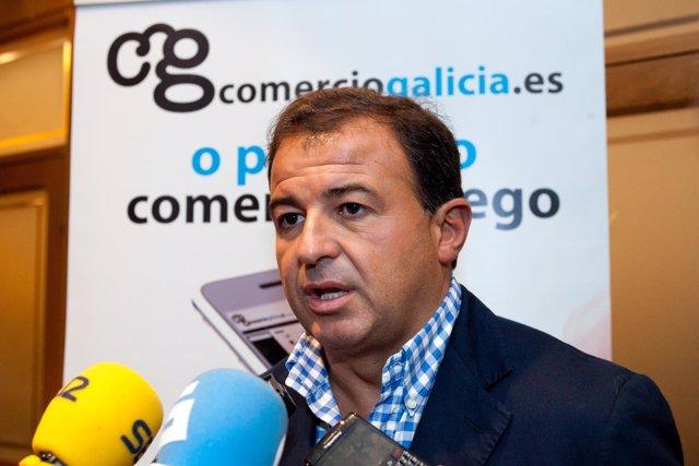 O conselleiro de Economía e Industria, Javier Guerra, acompañado polo presidente