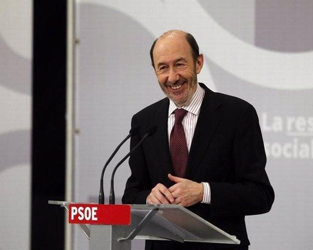 La elección de Rubalcaba, criticada por PP e IU