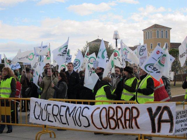 Manifestantes De CSIF Y Trabajadores De Trapa Ante Las Cortes