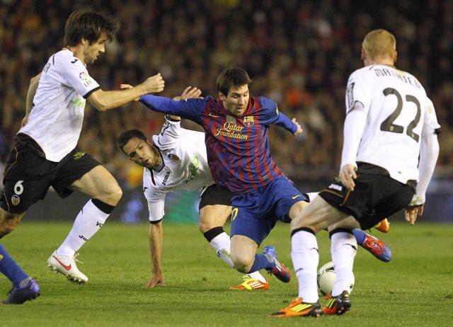 Leo Messi Intenta Zafarse De Albelda Y Matthieu En El Partido De Copa