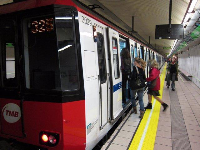 Estación Del Metro De Fontana Con Los Caminos De Emergencia Señalizados