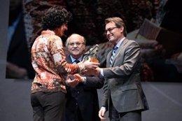 El Presidente De La Generalitat, Artur Mas, Entregando Un Premio