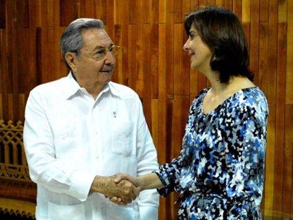 Raúl Castro recibe en La Habana a la ministra colombiana de Exteriores