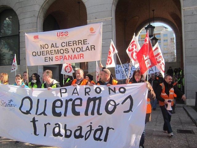 Manifestantes En Contra Del Cierre De Spanair